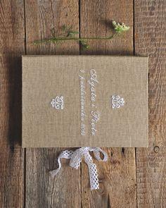 Rustykalna księga gości personalizowana.  Dostępna w butiku Madame Allure!