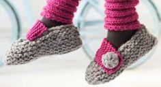 Une forme ballerine toute simple, c'est le plus de ces chaussons à tricoter au point mousse, ils sont fermés par une large patte de boutonnage. Les jambières en côtes coordonnées sont aussi expliquées sur notre site. Pointures 36/37/38 >