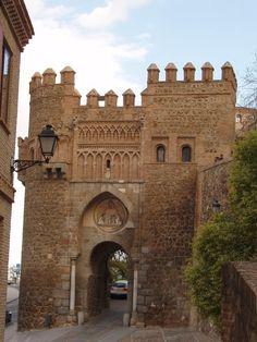 La Puerta del Sol en Toledo forma parte de la muralla defensiva de la ciudad datada por primera vez en el año 1216 y reedificada en el siglo XIV. #historia #turismo http://www.rutasconhistoria.es/loc/puerta-del-sol