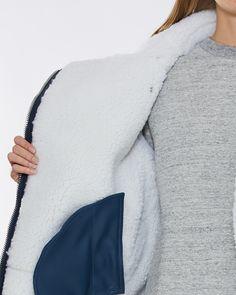 Shop jakker og kåper på Wakakuu. Vi har et bredt sortiment av klær og over 100 merker å velge mellom. På Wakakuu.com har vi rask levering og gratis bytte.