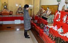 Okayama Kojima|岡山 児島|児島で一足早い「お雛様展」 人形や道具200点展示       写真拡大  豪華な雛人形を観賞する入館者   倉敷市児島味野の国重要文化財・旧野崎家住宅で29日、所蔵する豪華な雛(ひな)人形や雛道具を集めた「野崎家のお雛様展」が始まり、観光客らが一足早い春の訪れを楽しんでいる。3月31日まで。