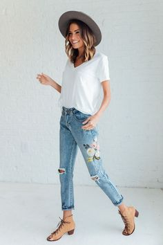 We love denim, but we love a cute embroidered jeans outfit more than anything. It's a unique way of wearing a common item. The great thing about embroidered jeans is . Outfit Jeans, Floral Jeans Outfit, Looks Style, Style Me, Mode Outfits, Casual Outfits, Casual Dresses, Colorful Outfits, Spring Look