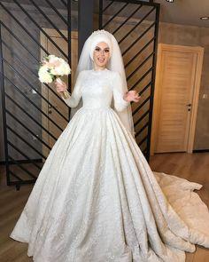 """222 Beğenme, 2 Yorum - Instagram'da İlknur Al Bridal (@ilknuralbridal): """"@nurhan.kilicli @havataskinnn #gelinlikmodeli #gelinlik #nişanlık #tesettürgelinlik…"""" Muslim Wedding Gown, Muslimah Wedding Dress, Muslim Wedding Dresses, Hijab Bride, Muslim Brides, Wedding Hijab, Muslim Dress, Hijab Dress, 20s Wedding"""
