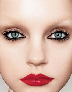 Love the natural eye shadow with intense liner...although I don't think I could pull off the bright red lipstick.