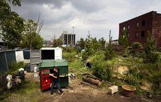 Gregory Kloehn comprou uma lixeira no Brooklyn, em Nova York, a adaptou e agora a mantém como casa móvel na cidade.