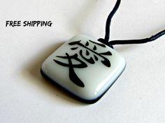 Kanji love. Japanese necklace. Japanese calligraphy. Gaara, Naruto necklace. Kanji jewelry. Asian writing. Glass necklace. Símbolo japones. de XanaLu en Etsy