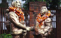 (50) El Everest, el gigante que fue conquistado por el hombre hace 60 años - En Nepal hay estatuas del neozelandés Edmund Hillary y el sherpa Tenzing Norgay, los primeros hombres en coronar la cima del Everest - El 29 de mayo de 1953, los dos pioneros habían contemplado el mundo como nadie antes, desde la cima a 8.848 metros de altitud, y el 2 de junio la prensa anglosajona anunciaba la hazaña como el mejor regalo para la nueva monarca, que a sus 27 años asumía oficialmente el liderazgo
