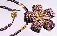 Květinový náhrdelník Leaf Jewelry, Seed Bead Jewelry, Bead Jewellery, Beading Patterns Free, Beading Tutorials, Beaded Jewelry Designs, Beaded Brooch, Bead Art, Bead Weaving