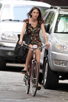 Celebrity Bike Style - Naomi Watts, Alexa Chung, Candice Swanepoel on Bikes Cycle Chic, Style Moto, Bike Style, Cycling Girls, Women's Cycling, Cycling Jerseys, Alexa Chung Style, Velo Vintage, Vintage Bicycles