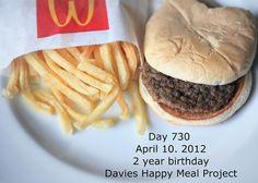 Projeto fotografa há 2 anos lanche de fast-food que não apodrece (http://cherryouth.wordpress.com/2012/04/11/projeto-fotografa-ha-2-anos-lanche-de-fast-food-que-nao-apodrece/)