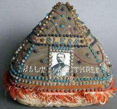 Rare Second Boer War Souvenir Pin Cushion 1899-1902. History Of Textile, Sewing Tools, Sewing Kits, Vintage Pins, Vintage Tools, Vintage Sewing Notions, Craft Accessories, Pin Cushions, Needlework