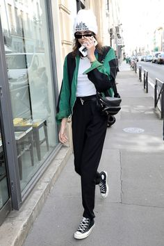 With bomber jackets, bum bags and tartan trousers running the streets, nineties street style is definitely back on the forefront, and Kaia Gerber is a huge fan. Here are her best revival looks. Kaia Gerber, Kaia Jordan Gerber, Celebrity Style Casual, Celebrity Outfits, Celebrity Look, Outfits With Converse, Outfits With Hats, Girly Outfits, Sport Outfits