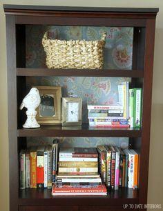 DIY Une bibliothèque transformée en collant du papier dans le fond. (http://www.uptodateinteriors.com/2015/01/love-space-challenge-jan-3rd.html)