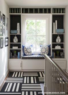 Debajo la ventana es un espacio ideal para colocar un banco con cojines , un buen sitio para disfrutar del paisaje, leer, o simplemente d...