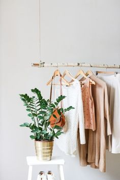 Natural Additions Create a pretty picture by using a hanging birch branch as a clothing rack. Also be sure to add greenery nearby to tie together the aesthetic. Hanging Clothes Racks, Diy Clothes Rack, Hanging Racks, Diy Hanging, Clothes Rack Bedroom, Clothing Racks, Decoration Inspiration, Room Inspiration, Diy Hooks