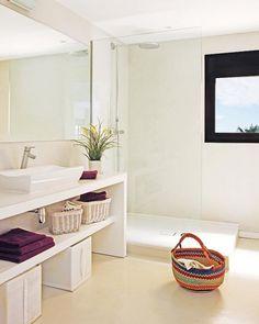 biała minimalistyczna łazienka w lofcie - Lovingit.pl
