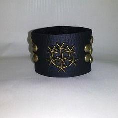 Bracelet manchette en simili cuir noir avec clous étoiles et ronds- idée cadeau…