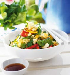 Stegte ris med masser af grønt er nemt, lækkert og ligetil - heldigvis også for dem, der ikke er verdensmestre i køkkenet.