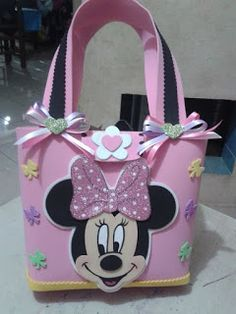 This Pin was discovered by Eli Minnie Mouse Theme Party, Minnie Mouse 1st Birthday, Mickey Party, Disfraz Minnie Mouse, Mickey Minnie Mouse, Paper Purse, Paper Gift Bags, Craft Bags, Toy Craft