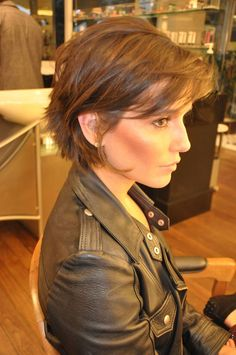 40 Fabulous Short Layered Haircuts More realistic & pheasible cut for my fine hair Short Hairstyles For Women, Messy Hairstyles, Medium Hairstyles, Hairstyle Ideas, Hairstyles 2018, Short Hairstyles For Thin Hair, Celebrity Short Hairstyles, Short Brunette Hairstyles, Haircut Medium