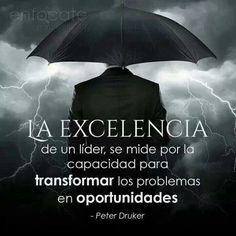 """""""La excelencia de un líder se mide por su capacidad de transformar los problemas en #oportunidades"""" Peter Druker"""