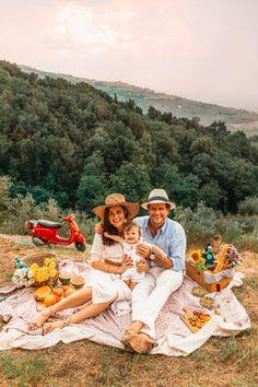 Family picnic ~ exploring the Italian countryside Picnic Photography, Newborn Photography, Family Photography, Picnic Time, Summer Picnic, Picnic Parties, Sarah Vickers, Beach Lunch, Beach Picnic