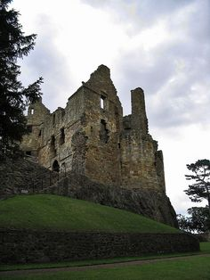 For 400 years Dirleton Castle stood as a magnificent fortified residence for three successive noble families: the de Vauxs, the Haliburtons and the Ruthvens. Today, it is mainly famous for its beautiful gardens. #castles #weddings #Scotland