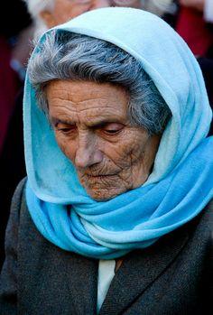 La esposa: La esposa de Indalecio por un año. Viejo, con un rostro cansado y pelo gris. Ella no reconoció Indalecio, y estaba tranquilizada cuando Indalecio salió.