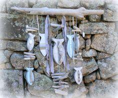MOBILE - GUIRLANDE EN BOIS FLOTTÉ & POISSONS EN BOIS DÉCOUPÉ. GRANDE PIÈCE DE BOIS FLOTTÉ DE 70 CM : Accessoires de maison par boisflottecorsica Twig Crafts, Sea Crafts, Outdoor Wall Art, Outdoor Walls, Outdoor Decor, Driftwood Fish, Driftwood Crafts, Deco Marine, Painting On Wood