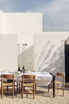 The J39 Chair is an admirable summer setting, styled by @henrietteschou in Villa Cardo, Italy. Photograph via Tine K Home. #fredericiafurniture #j39chair #børgemogensen #diningsetting #dininginspiration #interiordesign #modernorignals #craftedtolast Dining Set, Dining Table, Interior And Exterior, Interior Design, Outdoor Dining, Scandinavian Design, Solid Wood, Beautiful Places, Stools