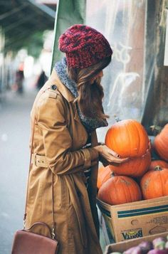 This could be the perfect fall trenchcoat: a must for keeping out the autumn rain. Outfits Otoño, Winter Outfits, Fashion Outfits, Stylish Outfits, Summer Outfits, Autumn Winter Fashion, Fall Winter, Autumn Style, Autumn Coat