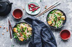 Pad Thai mit grünem Spargel und Tofu Vegan Asparagus Recipes, Chickpea Recipes, Tofu, Tempeh, Chicken Chickpea, Avocado Hummus, Eat This, Asian Recipes, Ethnic Recipes
