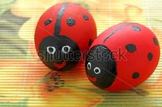 Πασχαλινά αυγά βαμμένα σε μια πασχαλίτσα κόκκινο.