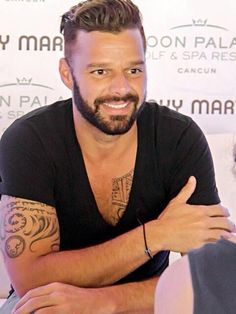 Your Daily Dose of Ricky Martin Ricki Martin, Puerto Rican Singers, Pop Musicians, Celebs, Celebrities, Pop Group, Pretty Face, Music Artists, Beautiful Men