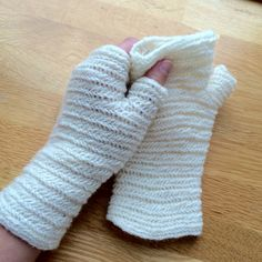 "Malin's Fingerless mittens at ravelry.com <> ""Finnish stitch 2+2 F1, i.e. 2 thumb loops, pick 2 loops behind thumb, sew into one stitch from previous round. The fabric is very elastic lengthwise, just a little widthwise."""