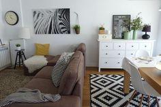 Cómo integrar una zona de estudio o de trabajo dentro del salón. Recorremos un salón de estilo nórdico mediterráneo en el que hay 3 zonas diferenciadas: salón, comedor y despacho, todo en uno. Living Room Interior, Living Room Decor, Bedroom Decor, Hemnes, Malm, Living Pequeños, Ikea Sofa, Living Room Inspiration, Sweet Home