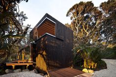 Image 1 of 20 from gallery of Under Pohutukawa / Herbst Architects. Photograph by Patrick Reynolds