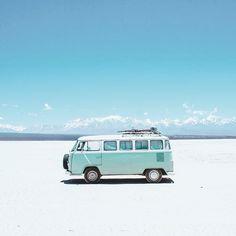 bus bugs and babes 18 Vw Caravan, Bus Camper, Volkswagen Bus, Vw T1, Volkswagen Beetles, Van Hippie, Vw Beach, Beach Cars, Image Bleu