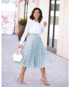 Fall outfit inspo will soon be everywhere on social media. From comfy knits to luxurious leather, how do you choose the right fall fashion look for your personal style? Modest Dresses, Modest Outfits, Classy Outfits, Chic Outfits, Work Outfits, Modest Clothing, Summer Outfits, Work Fashion, Modest Fashion