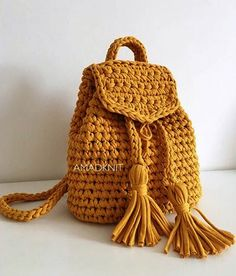 I like the idea of drawstring tassels Crochet Backpack, Crochet Tote, Crochet Handbags, Crochet Purses, Love Crochet, Crochet Crafts, Crochet Stitches, Crochet Projects, Knit Crochet