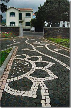 A calçada à portuguesa nos Açores - Recherche Google Stone Driveway, Circular Driveway, Portugal, Funchal, Crazy Paving, Driveway Landscaping, Pebble Mosaic, Paving Stones, Beautiful Rocks