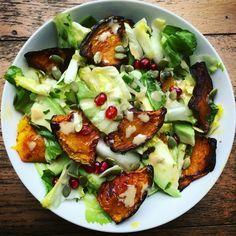 Insalata con zucca arrosto e avocado con dressing di olio, succo di limone, prezzemolo e melagrana   #vegan #glutenfree #fullofvitamins