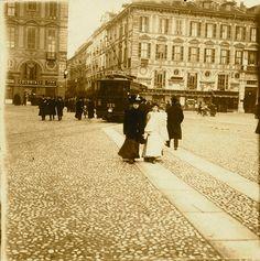Torino ,1910 piazza san Carlo,altro che corsie protette per tram,era meglio non essere distratti a passeggio