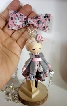 broche y collar de muñeca Fairy Crafts, Doll Crafts, Cute Crafts, Accessoires Mini, Bijoux Wire Wrap, Clothespin Dolls, Felt Brooch, Fairy Dolls, Miniature Dolls