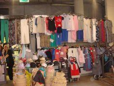 La tienda tenía camisetas, pantalones, vestidos, faldas, blusas, minifaldas, pijamas, y chaquetas. Pienso que la ropa no está de moda.