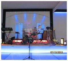 Contamos con un espectacular escenario iluminado para albergar a un grupo versatil o DJ  a su eleccion. Ademas de nuestro propio audio JBL y nuestro equipo de luces con cabezas mobiles, rayos laser y maquinas de humo; todo para disfrutar al máximo su evento.