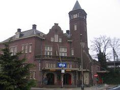 Station Weert. Station Weert is een Nederlands spoorwegstation in Weert en werd geopend op 20 juli 1879. Het ligt op het traject Eindhoven - Roermond - Maastricht.  Het stationsgebouw dat er nu staat, is in 1914 gebouwd en is ontworpen door George Willem van Heukelom. Het is een in baksteen opgetrokken gebouw met een achtkantige toren, voorzien van een torenspits met stadswapen.