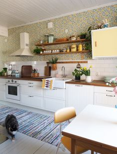 Keltainen kahvipannu Kitchen Dining, Kitchen Cabinets, House Colors, Home Art, Architecture Design, Sweet Home, New Homes, Home And Garden, House Design