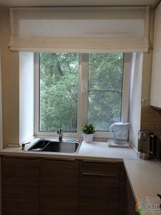 Маленькая кухня фото, кухонная мойка у окна, раковина в подоконнике