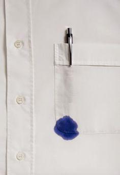 Como quitar las manchas de tinta de la ropa: Deja caer unas gotas de alcohol sobre la mancha y frota con un trapo mojado de alcohol una vez se haya disuelto. Nunca intentes con agua ya que la tinta es base aceite.